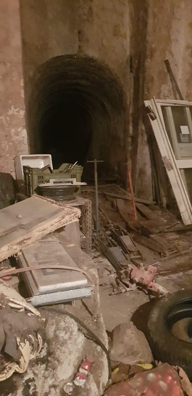 Casalnuovo, scoperta discarica abusiva in un sotterraneo: due denunce