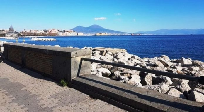 Lungomare di Napoli ancora plastic-free fino a marzo: multe fino a 500 euro
