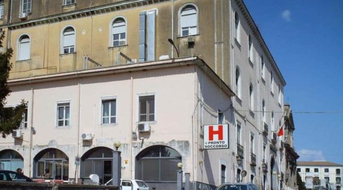 Cava de' Tirreni, spari in ospedale dopo un litigio: due feriti