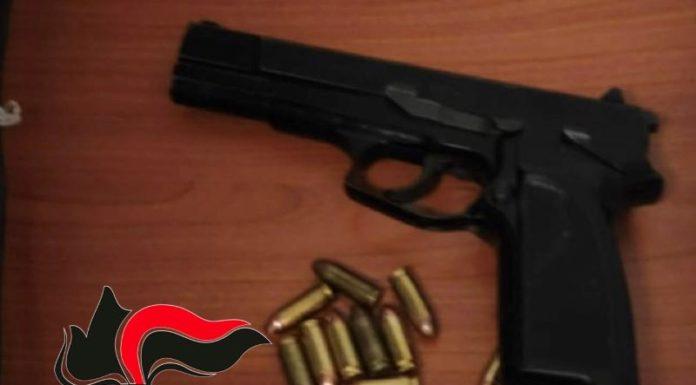 Frattamaggiore, addosso una pistola per sparare: due arresti