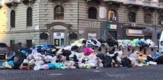 Rifiuti a Napoli, problemi della raccolta differenziata: plastica in strada