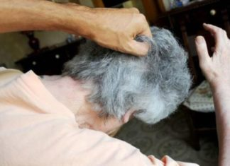 Buccino, tenta di strangolare la moglie con cavo elettrico: arrestato un 75enne
