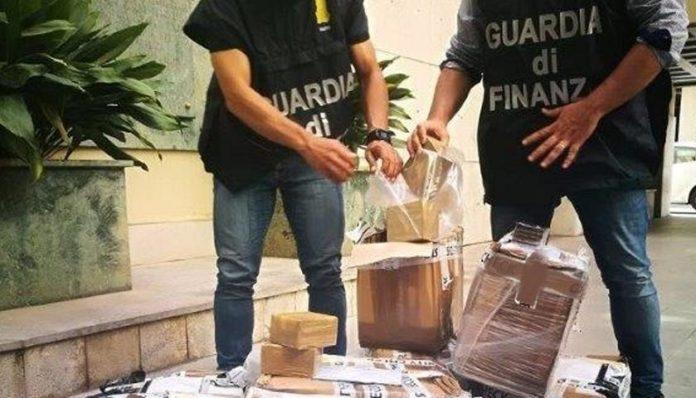 Droga da Napoli a Palermo, arrestati 2 trafficanti: uno prendeva il rdc