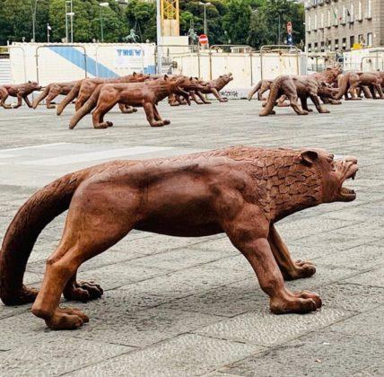 Napoli abbraccia sempre di più l'arte: a Piazza Municipio i 100 lupi di Liu Ruowang