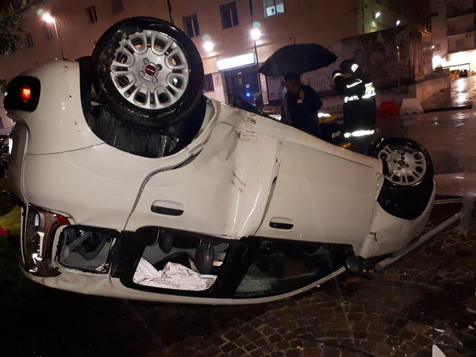Fuorgrotta, incidente: Auto impatta contro il tabellone delle pubblicità e si ribalta