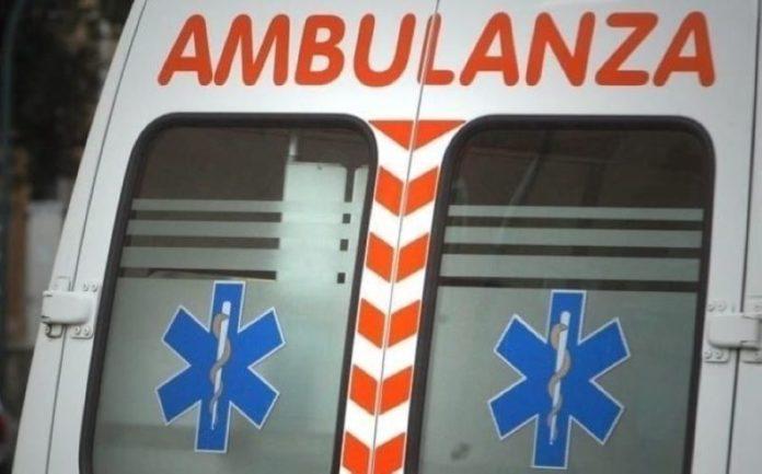 Afragola, chiamano l'ambulanza e poi la sommergono di oggetti