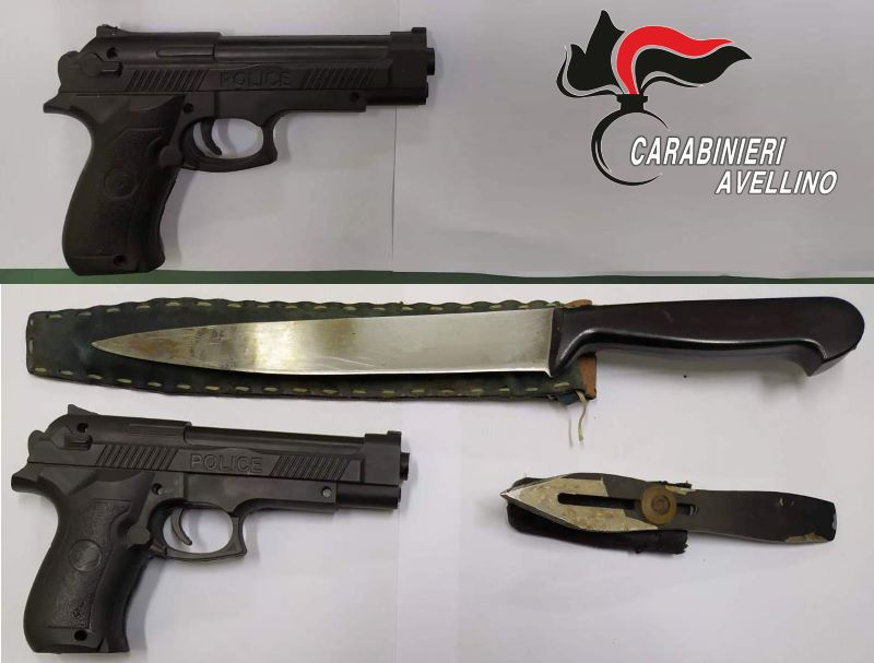 Avellino, passeggia con pistola in pugno in pieno Centro: denunciato un 50enne