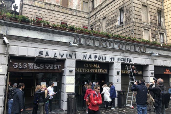 Matteo Salvini a Napoli: insulti sulla facciata del cinema Metropolitan