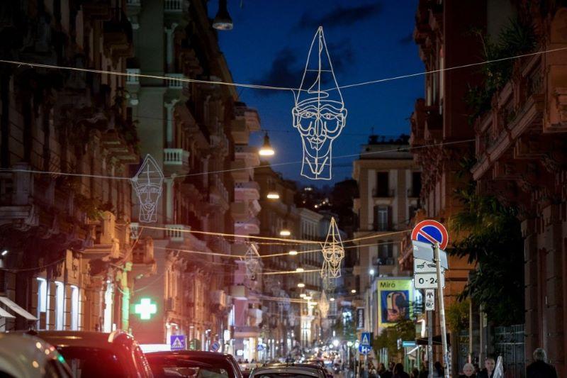 Ecco le luci di Natale a Napoli: a Chiaia le sculture luminose di Lello Esposito