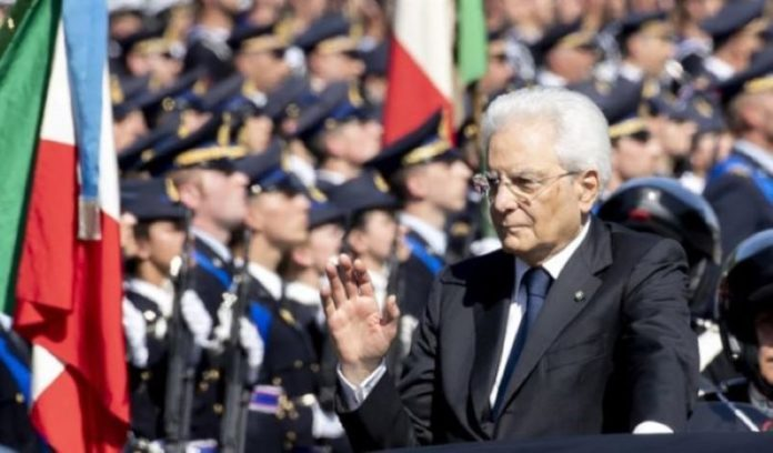 Mattarella a Napoli per la Giornata delle Forze Armate: applausi per le frecce tricolori