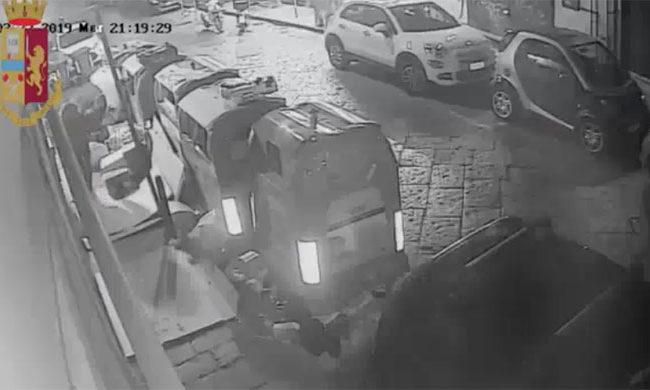 Cronaca di Napoli, incendiava cassonetti e campane dei rifiuti: arrestato