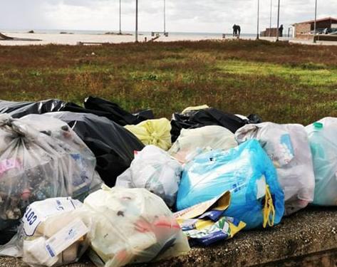 Villaggio Coppola assediato dai rifiuti: è piena emergenza