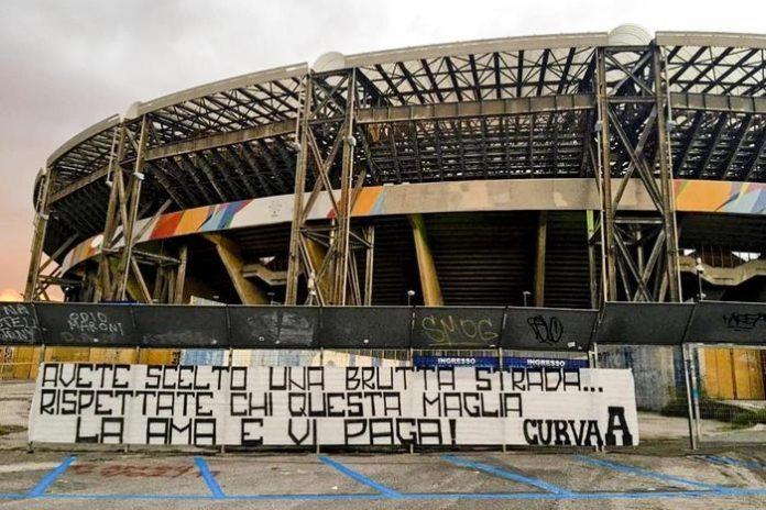 Calcio Napoli, striscione degli ultrà contro la squadra