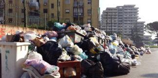 Scampia ridotta a discarica: blocco stradale dei cittadini