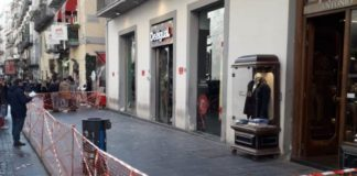 Napoli, paura in via Toledo: crollano calcinacci da un palazzo