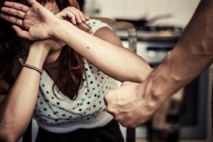 Gricignano, aggredisce la moglie con un'ascia per avere soldi: arrestato un 41enne