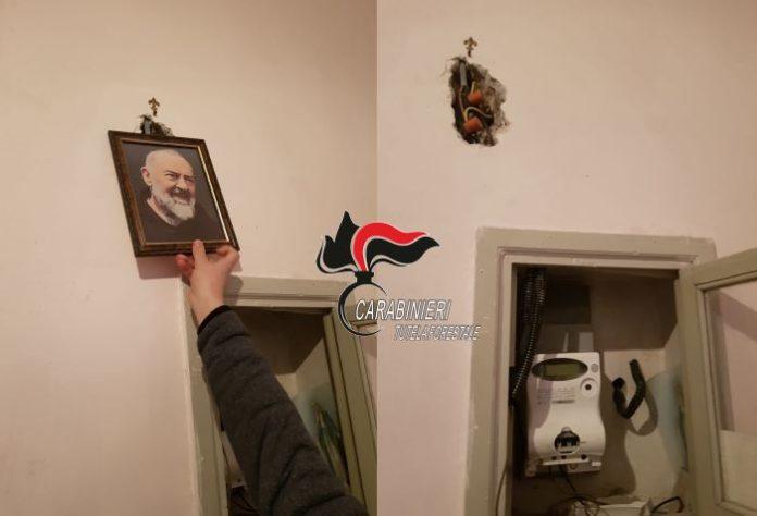 Ruba corrente e nasconde l'allaccio abusivo dietro quadro di Padre Pio: arrestato