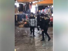 Napoli, baby gang lancia petardi contro gli agenti tra l'indifferenza