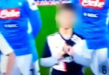 Calcio Napoli, bimbo mascotte copre il logo e offende la Juve: è gogna