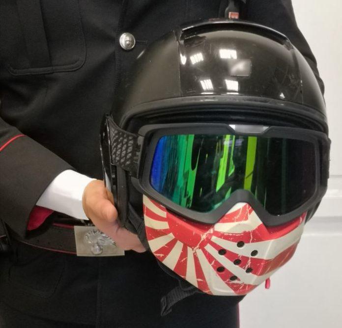 Piazza Trieste e Trento, usarono coltello come arma per rubare un casco: due arresti