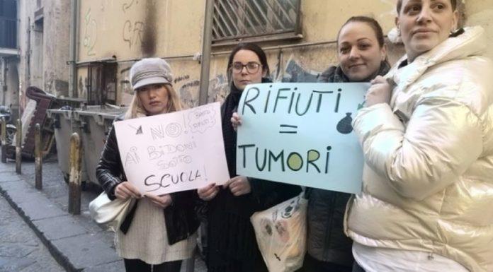 Napoli, rifiuti vicino all'asilo nido Piazzi: la protesta delle mamme