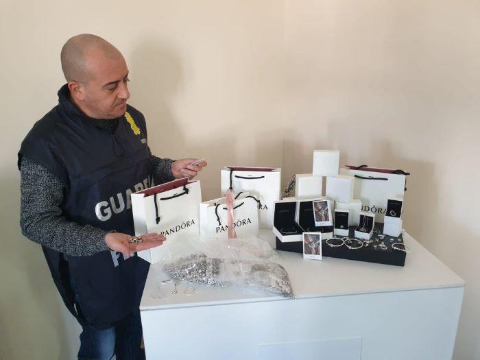 Marcianise, sequestrati al Tarì gioielli contraffatti: 50enne denunciato