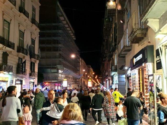 Campania in zona arancione, l'ordinanza: negozi aperti la domenica e fino alle 21.30