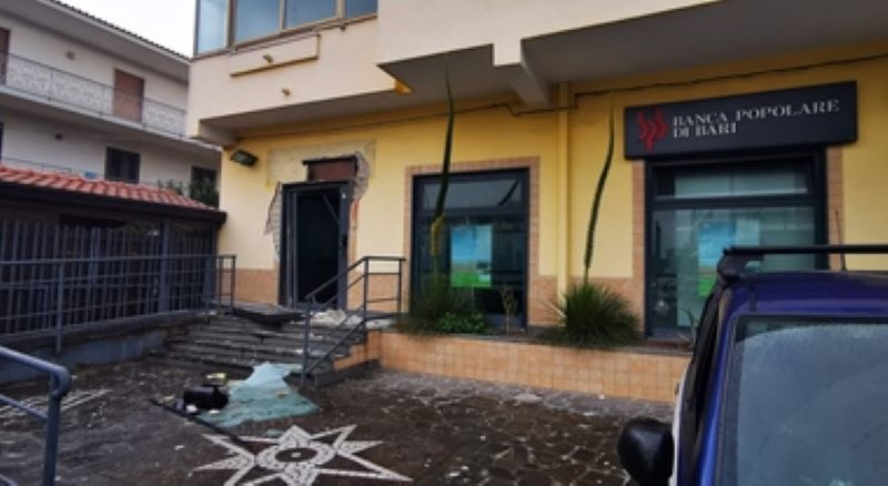 Giugliano, esplode bomba davanti a una banca: ladri scappati senza bottino