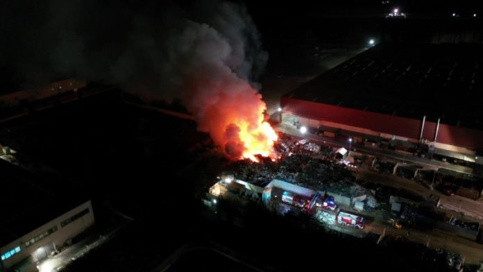 Acerra, un nuovo disastro ambientale: brucia impianto di stoccaggio di rifiuti ferrosi (VIDEO)