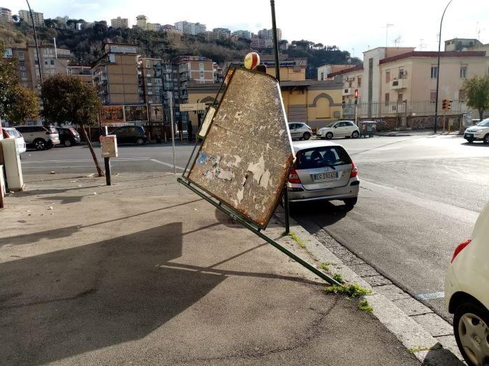 Capodimonte, vento forte: albero cade davanti a una scuola