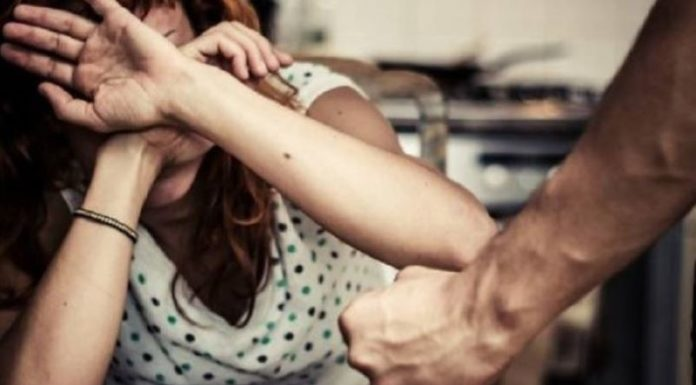 Torre del Greco, tenta di strangolare la moglie: arrestato un 53enne