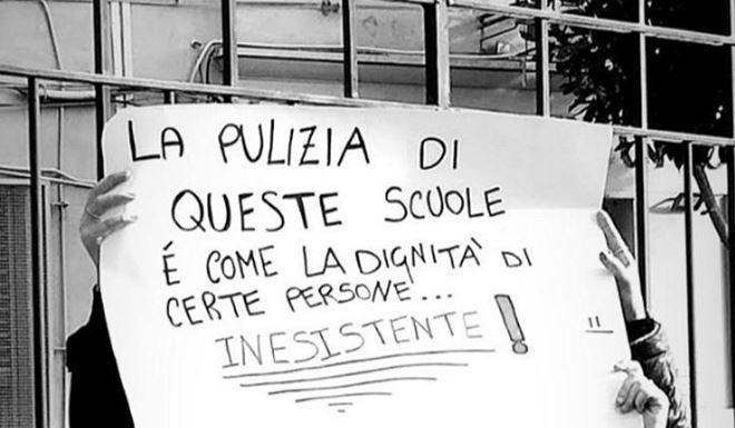 """Protesta all'Istituto Pagano di Napoli: """"La pulizia in questa scuola è inesistente"""""""