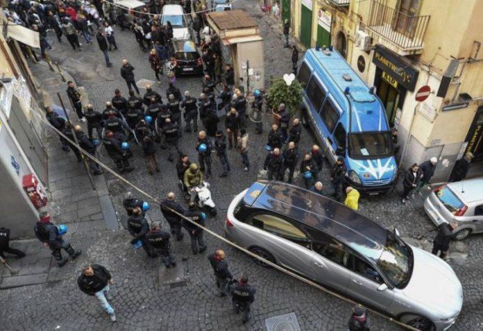 Napoli, momenti di tensione durante i funerali di Ugo Russo