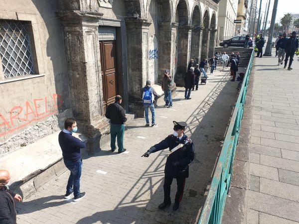 Coronavirus, file per mensa basilica del Carmine: Carabinieri garantiscono ordine