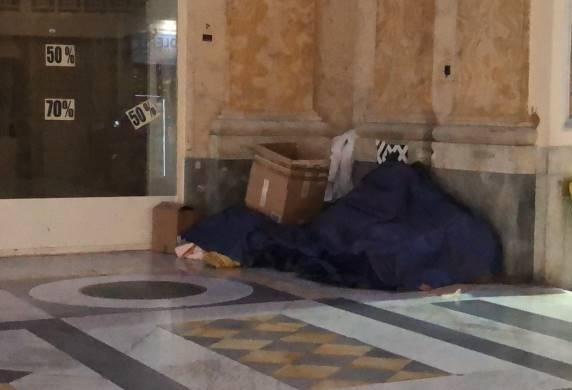 Emergenza freddo a Napoli, clochard trovato morto nella Galleria Umberto