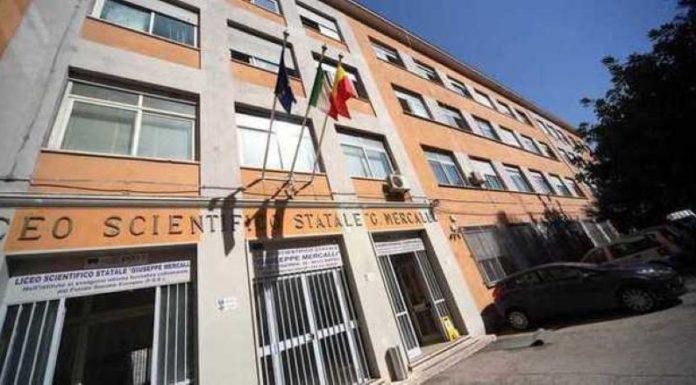 Docente con la mascherina al liceo Mercalli di Napoli: è polemica