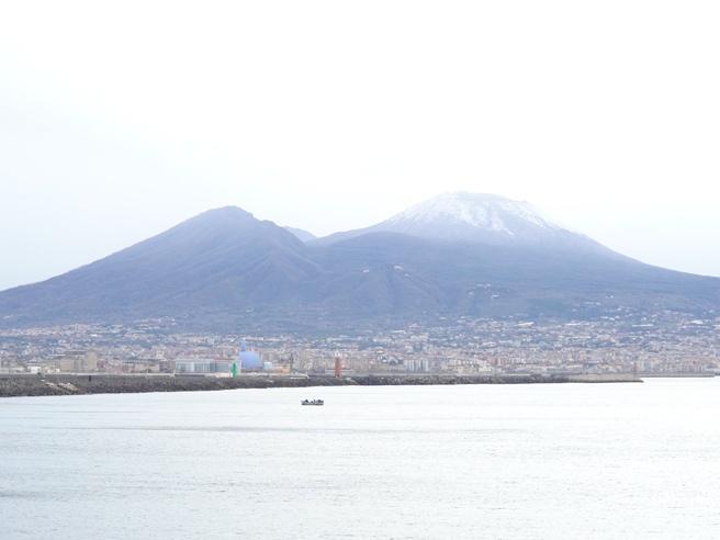 Maltempo, a Napoli imbiancata la cima del Vesuvio