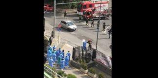 Ospedale Cardarelli, l'omaggio dei vigili del fuoco al personale sanitario