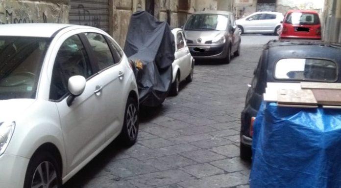Auto e moto bloccano l'ingresso al 118 vicino alla Questura di Napoli