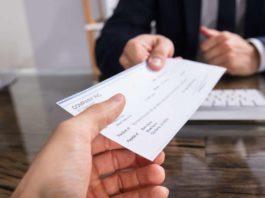 Carinaro, imprenditore non incassa gli assegni e salva i clienti
