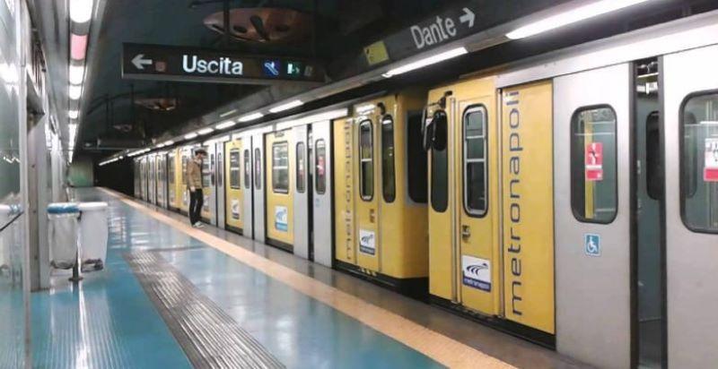 ANM Linea 1 metro. Ogni volta che durante la giornata un treno ha un guasto, deve essere riportato all'officina di Piscinola e riparato: spesso quindi i treni disponibili scendono a sette o sei.