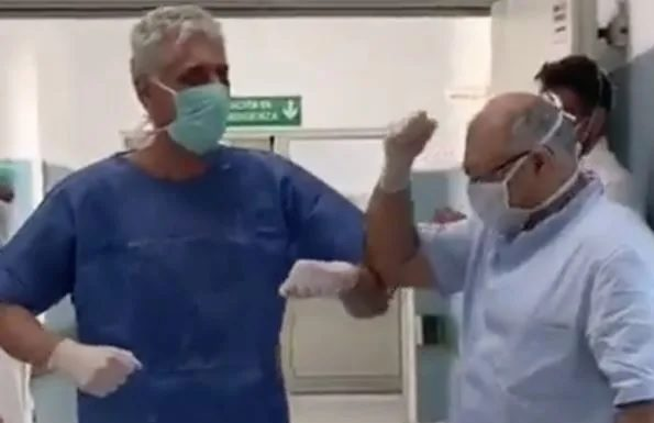 Coronavirus, applausi per il primo paziente guarito al Loreto Mare (Video)