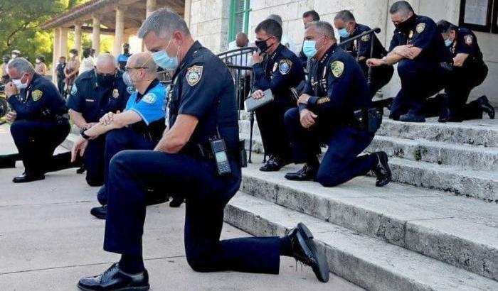 Razzismo, il video dell'arresto di George Floyd con tre poliziotti seduti sulla schiena