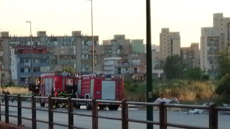 Ponticelli, rifiuti in fiamme in via Carlo Miranda nell'area del cantiere abbandonato