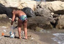 Castellammare di Stabia, bimbo pulisce la spiaggia con paletta e bustine