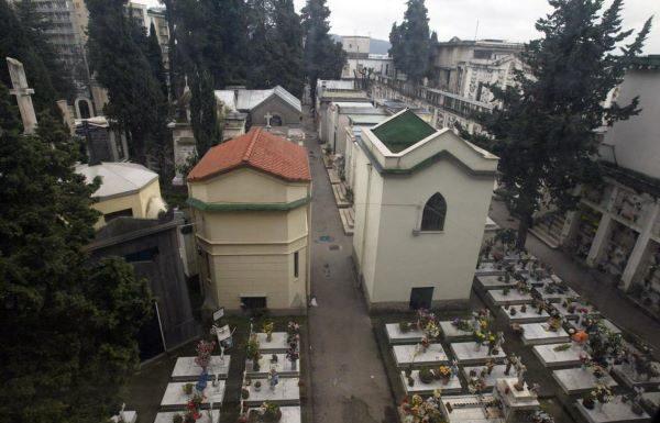 Fuorigrotta, il cimitero resta chiuso per mancata sanificazione: proteste dei cittadini