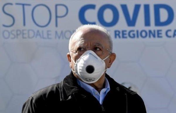 """Vincenzo De Luca: """"Chi porta la mascherina al collo è un imbecille doppio"""""""