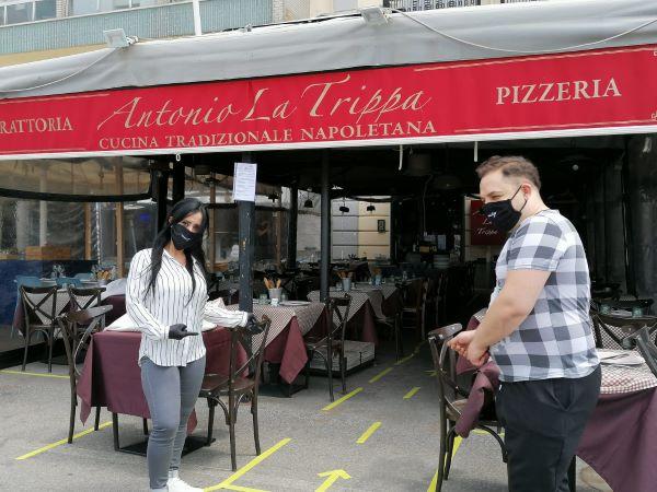 Fase 2, riaprono i ristoranti sul Lungomare di Napoli: applausi e commozione