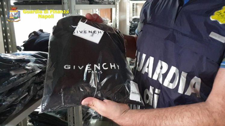 Traffico di abbigliamento contraffatto, smantellata organizz