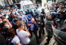 """Napoli, corteo sfocia in violenza: feriti 3 poliziotti. Gabrielli: """"Individuare i responsabili"""""""